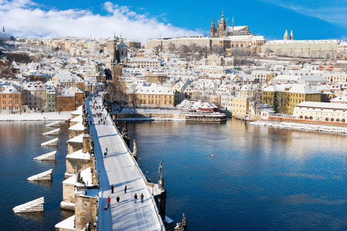 prag-im-winter_prague-castle_charles-bridge_czech-republic_shutterstock_230772745-707x471